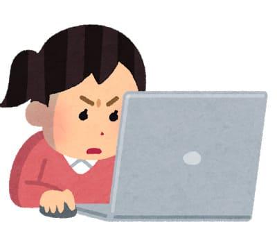 パソコンで調査する女性
